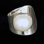 Modern Ring with Round Pearl